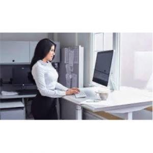 con una mesa regulable puedes evitar posturas incómodas
